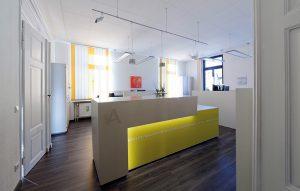 Empfangstresen aus Beton mit farbigem Glas Anwaltskanzlei