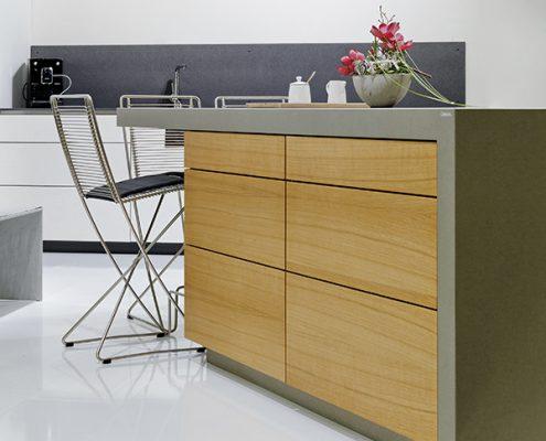 Küchenblock mit Betonarbeitsfläche und Fronten aus Holz
