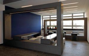 Arbeitsbereich mit Betontischen und Betonhocker Hochschule Rosenheim