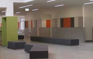 Wartezimmer in Fluchtbereich mit Betonbank dunkelgrau