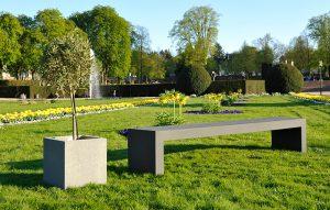 Betonbank und Planzkübel in Garten