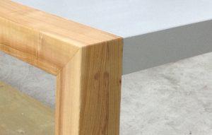 Detail Tischplatte Beton und Holzbein