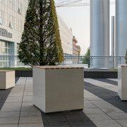 Sitzbank Hocker aus Licht Beton transluzent Raucherbereich München Flughafen