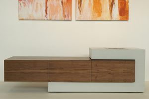 Sideboard Beton und Holz mit Feuer