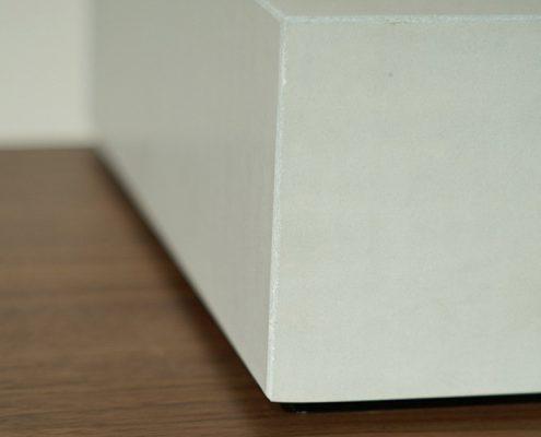 Betonoberfläche glatt weiß Holz Nussbaum