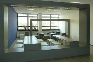 Betontisch Betonhocker in Fluchtweg Hochschule Rosenheim