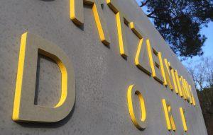 Beton Schriftzug erhaben mit gelben Kanten