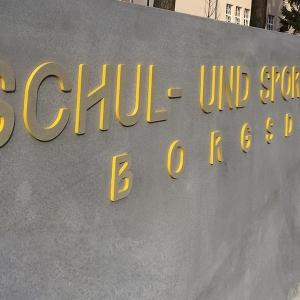 Beton Schriftzug mit gelben Kanten
