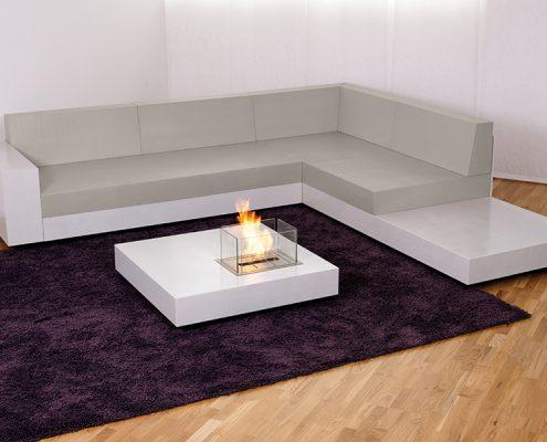 Lounge und Couchtisch mit Feuerstelle aus Beton