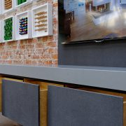 TV Aufbewahrungsmöbel mit Holzschüben und Fronten aus Beton