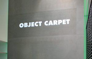 Wandverkleidung aus Beton hinterleuchtet mit Logo Object Carpet