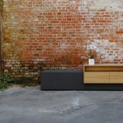 Sideboard Beton mit Holz Eiche vor Ziegelsteinwand
