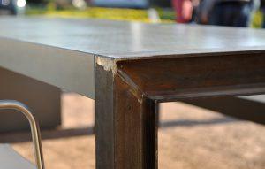 Detail Betontischplatte und Rohstahl Tischbein