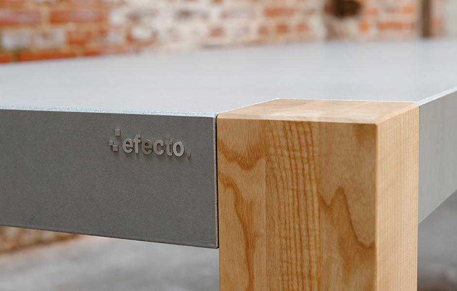 Detail eingesetztes Tischbein Holz in Betontischplatte