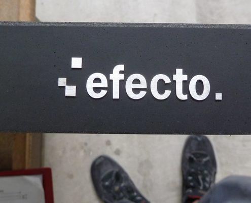 efecto Logo aus Edelstahl auf Betonelement