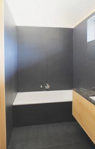 Spritzschutz aus Beton bei Badewanne