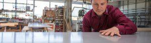 Prüfung der Betonoberfläche durch Nico Schäfer