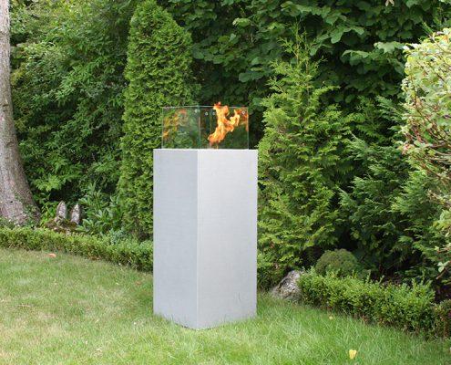 Feuersäule aus Beton mit Windschutz im Garten