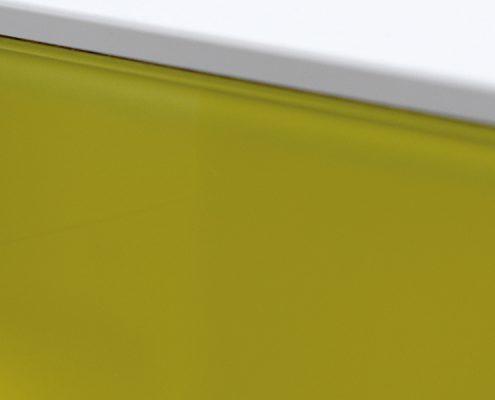buntes Glas mit Betonplatte weiß