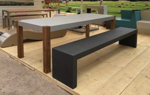 Betonbank und Betontisch mit Holzbeinen auf Gartenausstellungen