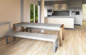 Essplatz mit Betontisch mit Holzbeinen und Betonbank mit Metallkufen