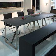 Tischplatte aus Beton mit Stahlgestell und Betonbank