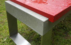 Betonbank mit dicker Platte auf Edelstahlkufen