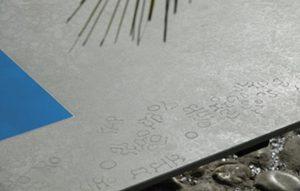 Sonnenliege Betonplatte Gravuren von Susi Gelb