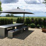 Terrasse Betontisch mit dünnen Platten und leichten Betonbänken