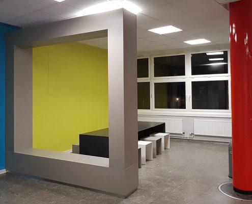 Schule Neukölln Lernbereich mit Betonrahmen Betontisch und Betonhocker