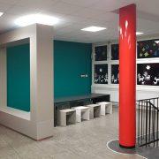 Schule Neukölln Arbeitsbereich mit Betonrahmen Betontisch und Betonhocker