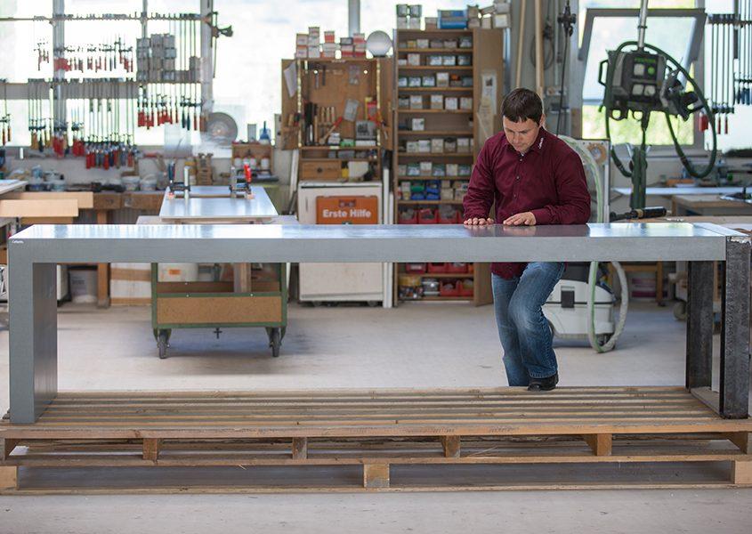 Qualitätsprüfung von individuellem großen Betontisch mit Stahlbeinen