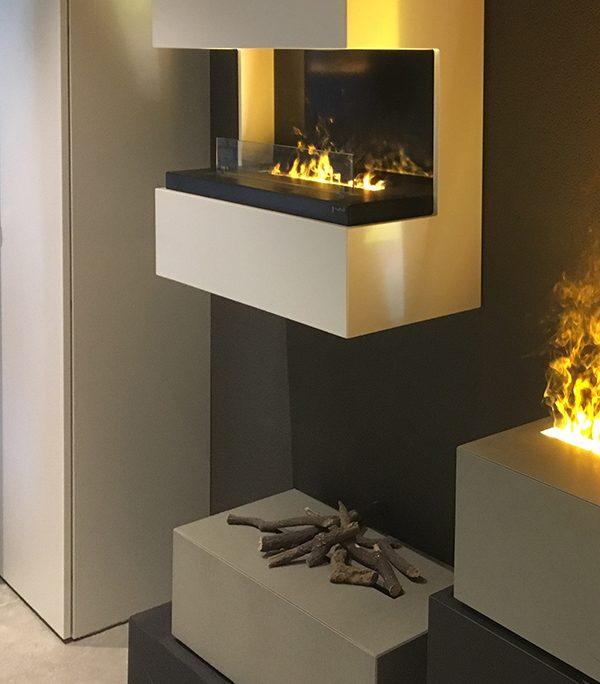 leichter Betonrahmen an Wand mit Effektfeuer