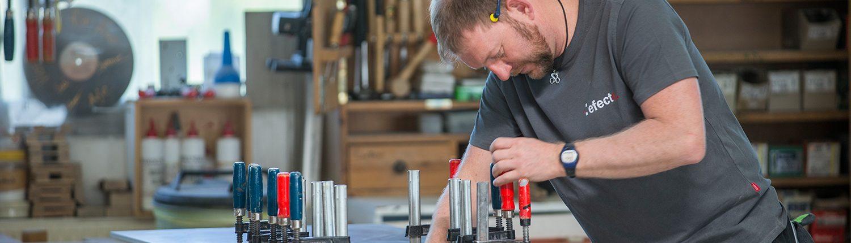 Betonschreiner bei der Arbeit in der Manufaktur