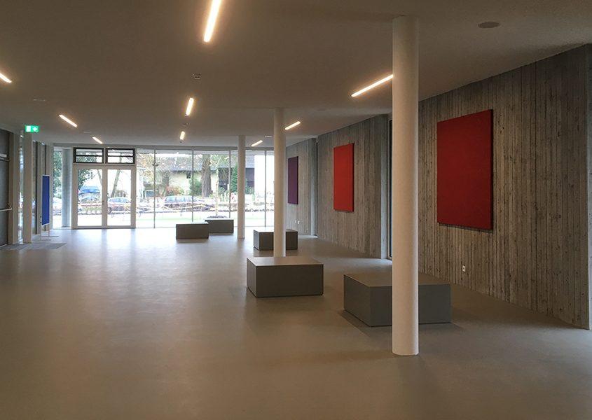 Schule Neuhaus am Inn - Beton-Sitzkuben im Eingangsbereich