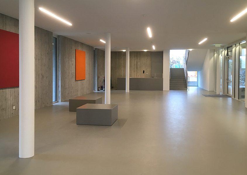 Schule Neuhaus am Inn Aula mit Sitzkuben aus Beton