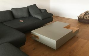 Wohnzimmer Beton-Couchtisch mit Eicheeinsatz niedrig