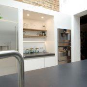 moderne helle Küche mit Arbeitsflaeche Nische aus Beton