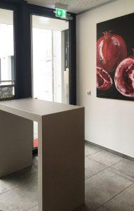 Cafe Micasa - schlichter Stehtisch aus Betonplatten