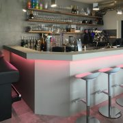 Cafe Micasa - Theke mit Thekenbrett aus Beton