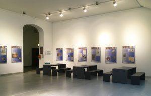 Uni Würzburg Aula - dunkle Betontische und Betonbänke aus filigranen Betonplatten filigrane Betonplatten