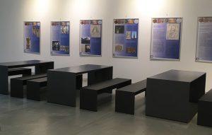 Uni Würzburg - dunkle Betontische und Betonbänke aus filigranen Betonplatten