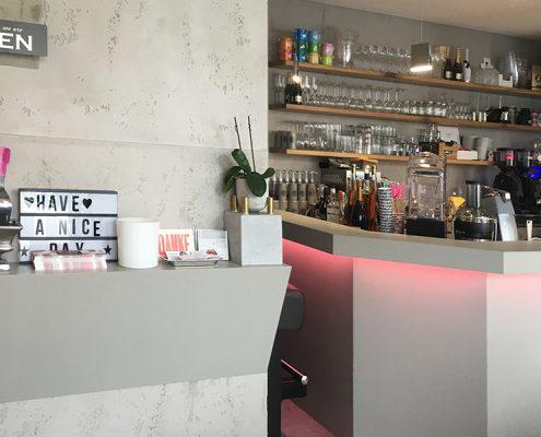 Cafe Micasa - Wandboard und Theke mit Betonverkleidung