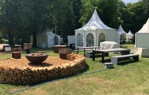 Aufbau für die Gartenschau mit Feuerschale und Betonmöbeln