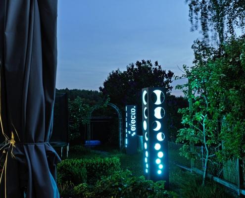 Lichtobjekte aus Beton beleuchtet bei Nacht