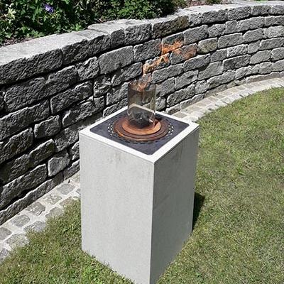 Beton-Feuersäule im Garten