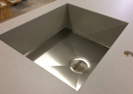 beton-kuechenarbeitsplatte mit edelstahl spüle detail